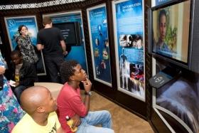 De som besöker Scientologins nya livsförbättringscenter går runt och tittar på multimediadisplayerna som illustrerar Scientologins trossatser och religiösa bruk, grundaren L. Ron Hubbards liv och arv, och kyrkans globala humanitära och samhällsförbättrande program.