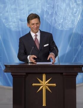 David Miscavige, Scientologi-religionens kyrklige ledare, invigde Spaniens nationella Scientologi-kyrka, och välkomnade de tusentals närvarande till deras nya kyrka.